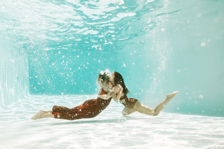 Séance photo aquatique photographe dans l'eau sous l'eau 34