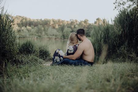 photo couple au printemps au bord du lac de Mormoiron
