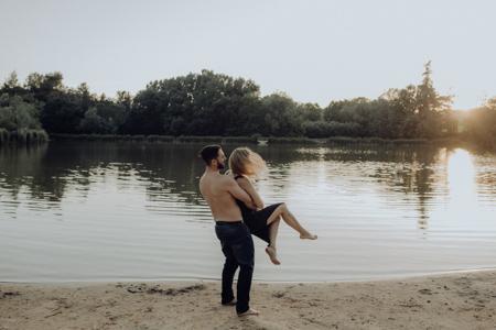 photographe couple qui joue au bord du lac Mormoiron Vaucluse