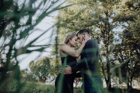photo couple dans la nature dans le Vaucluse