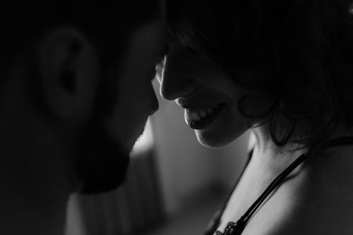 photo couple en noir et blanc à domicile Juvignac