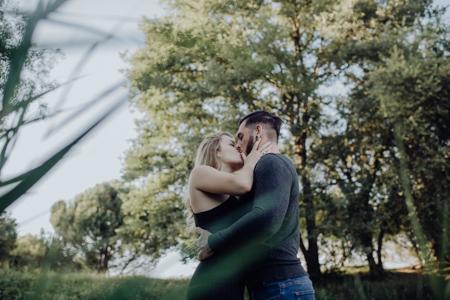 baiser d'un couple à Mormoiron