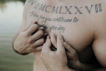 photo homme tatouage sur le torse