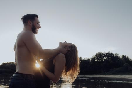 photo couple coucher de soleil au bord de l'eau Vaucluse