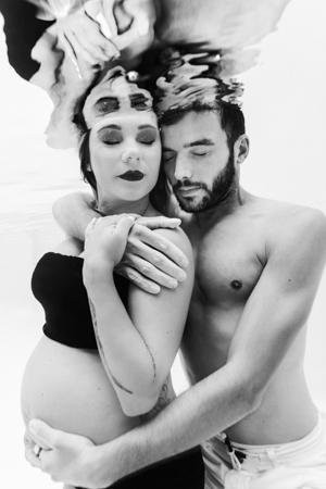 Photographe dans l'eau, shooting grossesse couple aquatique