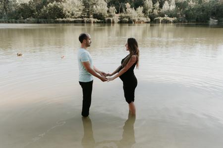 Photographe grossesse Guzargues : shooting photo au lac de Montaud
