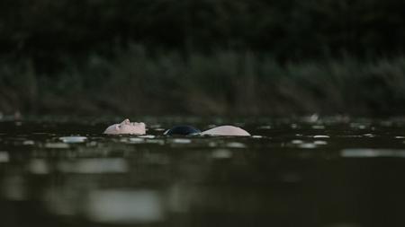 photographe shooting future maman dans le lac de Montaud