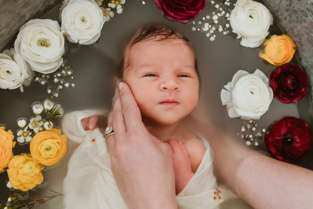 shooting photo bain de lait enveloppé bébé à Marsillargues