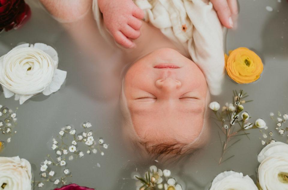 Photographe bébé Marsillargues 34 : shooting bain de lait