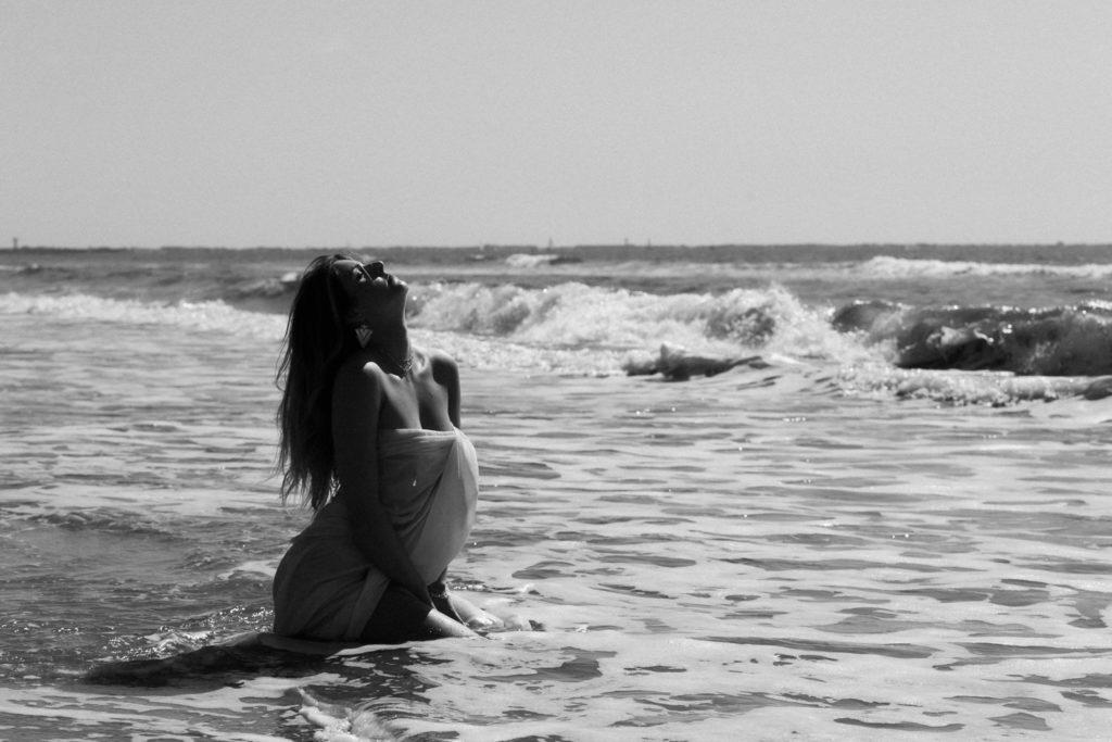 Photographe portrait femme à la plage la Grande-Motte