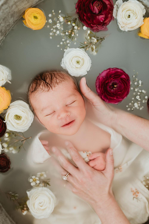 Photo naissance bain de lait enveloppé fleuri pour bébé