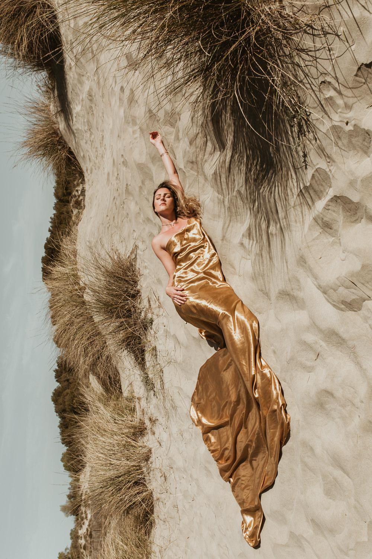 Photo femme lâcher prise à la plage